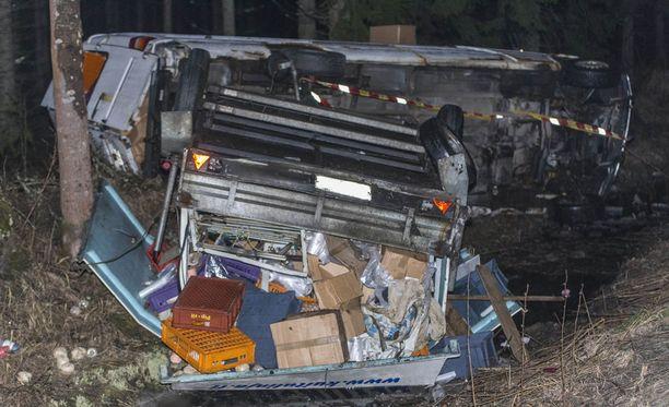 Perävaunua vetänyt pakettiauto suistui ulos valtatieltä 15 Kouvolassa.