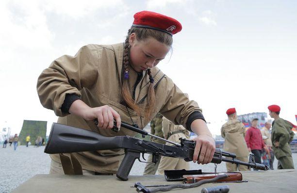 Kadetti kokoaa Kalashnikovinsa.