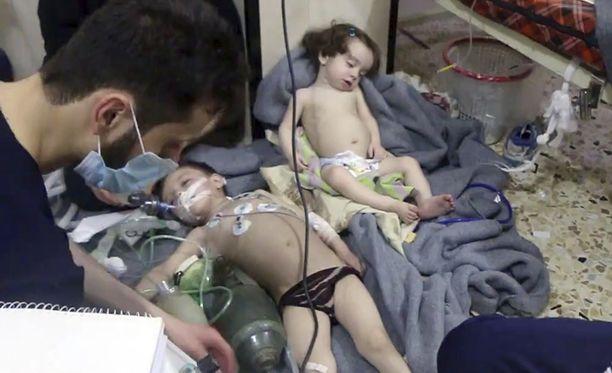 Iskun uhriksi joutuineita lapsia hoidettiin sunnuntaina Doumassa.