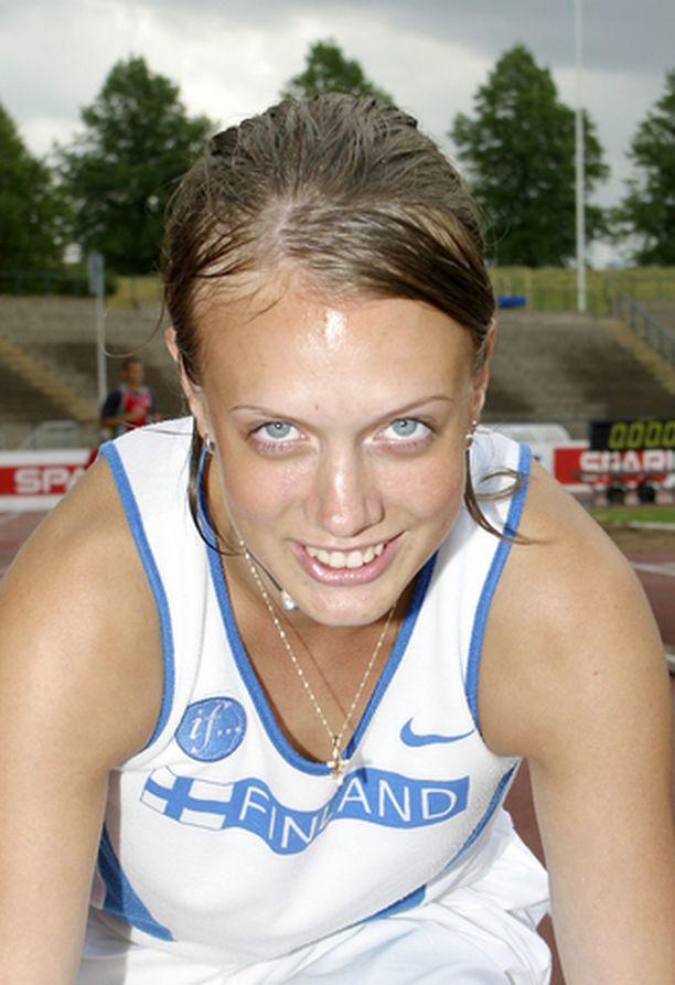 Sari Keskitalo sparraa itseään 200 metrillä pikaviestikaarteeseen.