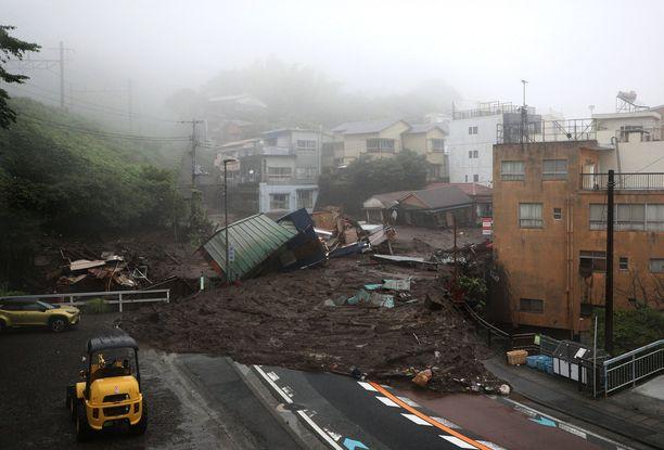 Pelastushenkilöstö etsii kadonneita maanvyöryn runtelemassa lomakohteessa.