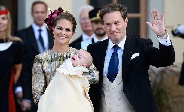 Madeleine ja Chris kuopuksensa Nicolaksen ristiäisissä syksyllä. Perheen esikoinen prinsessa Leonore täyttää helmikuussa kaksi vuotta.