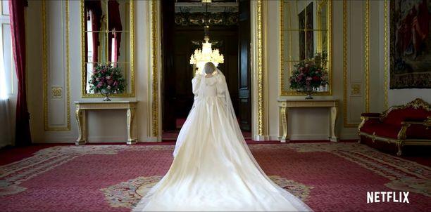 Emma Corrin tutustui kuninkaalliseen protokollaan hypätessään prinsessa Dianan kenkiin.