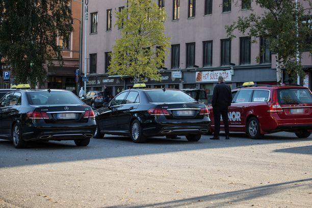 Taksiyrittäjien mukaan uusi kyytikeskusjärjestelmä haaskaa rahaa.