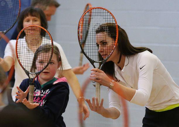 Kate tutustui mailaan koululaisten kanssa.
