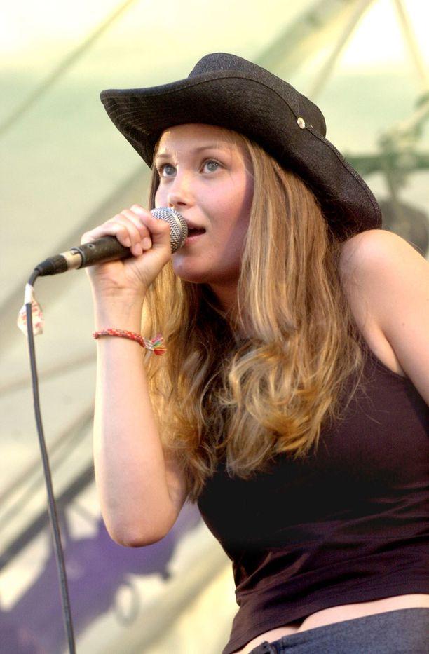 Kuvassa Laura Närhi esiintymässä Kemopetrol-yhtyeen kanssa Ankkarockissa vuonna 2000.