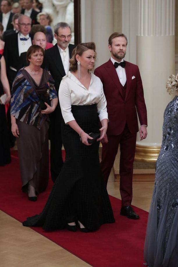 Näyttelijät Panu Varstala ja Ria Kataja käänsivät sukupuoliroolit päälaelleen juhlatyylinsä väreissä. Varstalan viininpunainen puku ei näytä tarpeeksi juhlavalta arvokkaaseen tilaisuuteen.