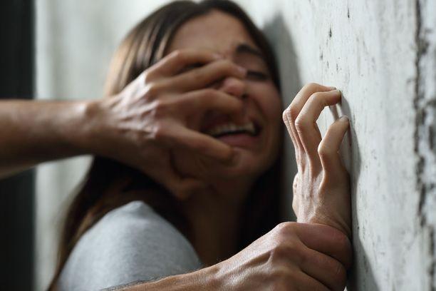 Long Playn tekemän selvityksen mukaan näytöksi vaaditaan usein todisteita väkivallasta, vaikka rikoslaissa se ei enää päde.