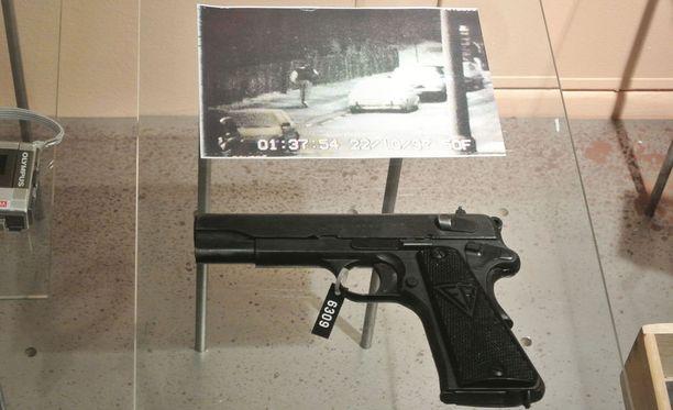 Kuvassa Steen Christensenin käyttämä murha-ase ja valvontakamerakuva, johon hän tallentui pakomatkallaan.