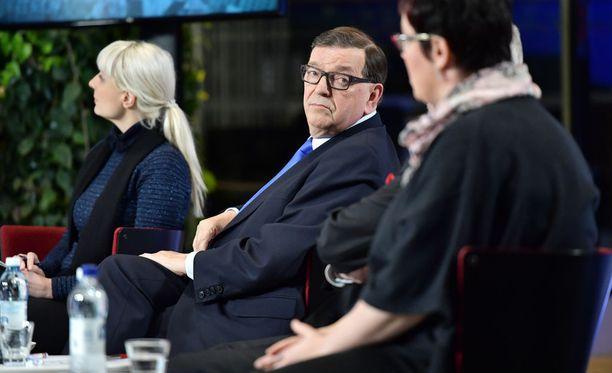 Valitsijayhdistyksen presidenttiehdokas Paavo Väyrynen vihjasi tentissä, ettei ole varma Suomen demokratian toimivuudesta.
