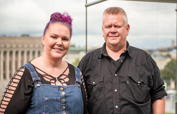 Heli ja Aki Palsanmäki kertovat palauttavansa saamansa 100 000 euron tukirahat.