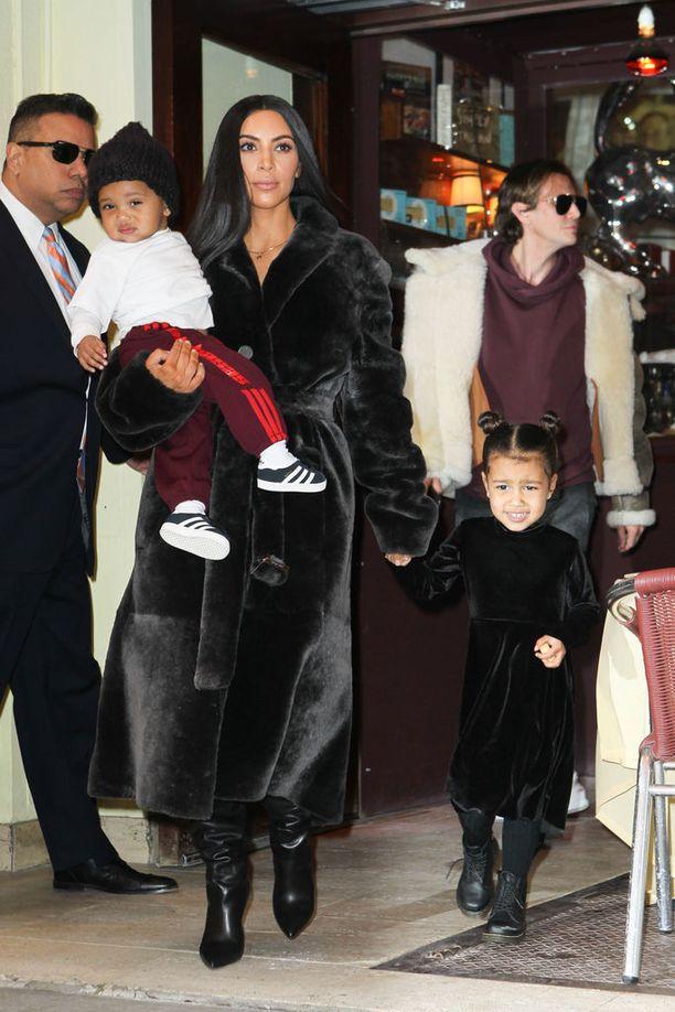 Kardashian-Westit ulkoilemassa New Yorkissa 1.2. Perhe kävi ostoksilla ja syömässä.