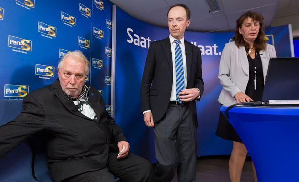 Myös uusi perussuomalaisten uusi puheenjohtaja Jussi Halla-aho moitti iltapäivän tiedotustilaisuudessa loikkareita.