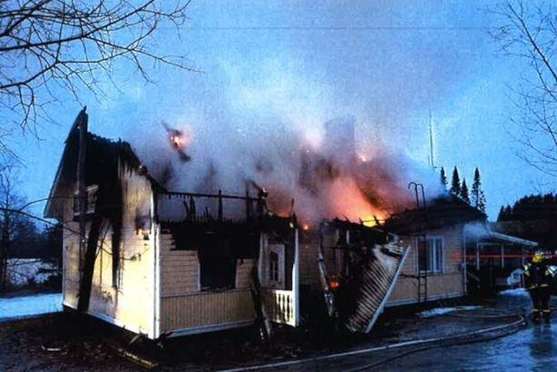 Poliisi otti tulen tuhoamasta talosta kuvan tapahtuma-aamuna kello 7.35. Tietokonehuone, jossa äiti sytytti yhden paloista, on edessä vasemmalla.