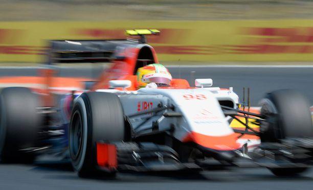 Roberto Merhi oli törmätä Kimi Räikköseen.
