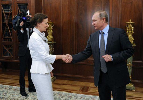 Venäjän presidentti Vladimir Putin (oik) kättelee tuoretta lapsiasiavaltuutettua syyskuussa 2016.