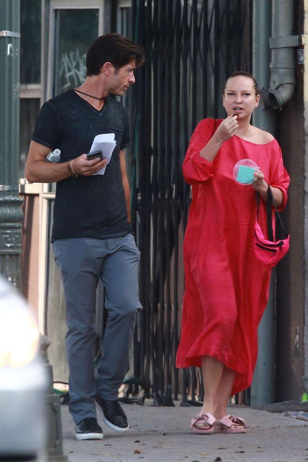 Sia liikkui kadulla seuralaisen kanssa.