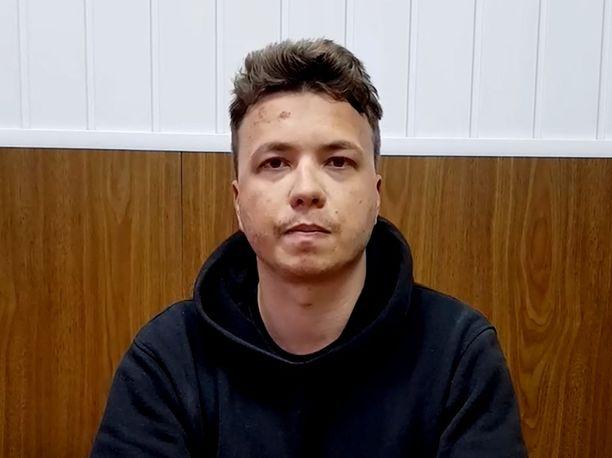 """Valkovenäläinen Roman Protasevitšin perhe ja tukijat uskovat, että tämä on painostettu väkivallan avulla. Kuva Valko-Venäjän julkaisemasta """"tunnustusvideosta""""."""