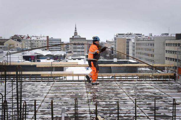 Asuntojen rakentaminen kasvukeskuksiin kuten pääkaupunkiseudulle ovat hyvä kohde, kirjoittaa Ainola.
