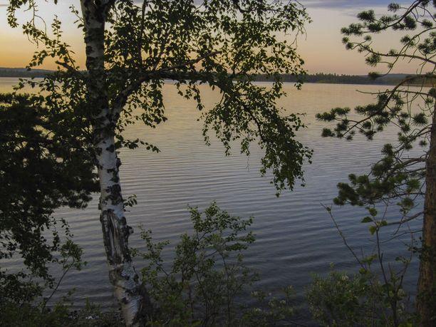 Öisellä lappalaisjärvellä ei näy liikkujia.