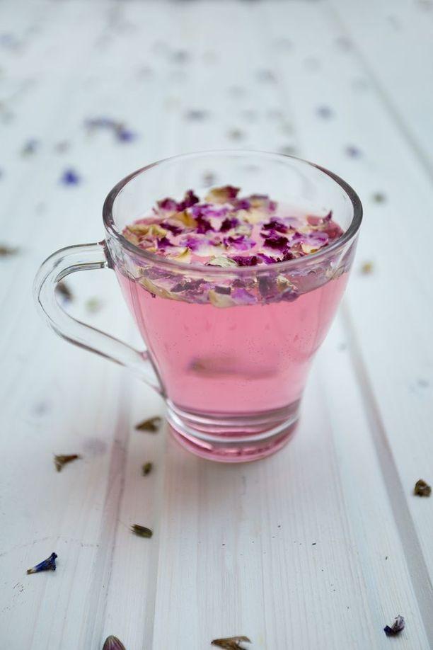 Kukkien terälehdistä tehty juoma on soman värinen.