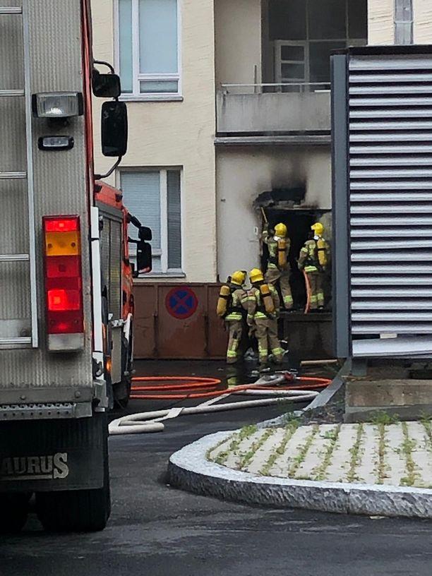 Helsingin Naistenklinikan jätehuoneessa syttyi sunnuntai-iltana tulipalo ja savua levisi jätekuilun kautta useille osastoille.