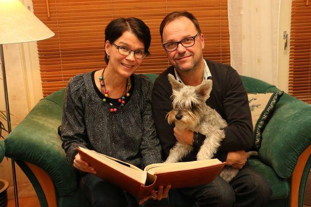 Taina ja Markus Aalto seuraavat tyttärensä menestystä tarkasti. Markuksen sylissä oleva kääpiösnautseri Lilo on saanut nimensä Saaran Disney-fanituksesta.