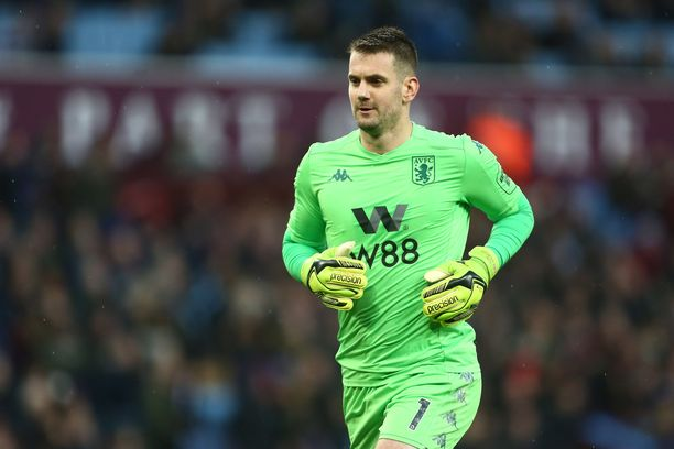 Tom Heaton puuttuu Aston Villan maalilta Manchester Cityä vastaan.