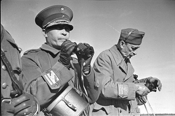 """Päämajoitusmestari, kenraaliluutnantti Aksel Airo (vas.) kuvaili Päämajan työnjakoa näin: """"Mannerheim johti sotaa, minä johdin sotatoimia""""."""