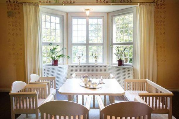 Salin erkkerissä sijaitseva vaalea kalusto on tehty uustuotantona Eliel Saarisen suunnitelmien mukaan. Alkuperäinen on suunniteltu taitelijakoti Hvitträskiin.