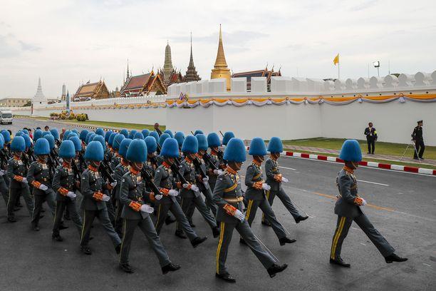 Kuninkaallisen armeijan sotilaat osallistuivat näyttävästi kruunajaisiin.