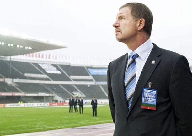 Uefa odotutti Stuart Baxteria vesisateessa ennen Suomen ja Hollannin naisten välistä ottelua.