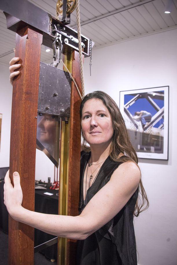 Erika Eiffel sanoo tuntevansa esineissä sekä niiden hengellisen että fyysisen energian.