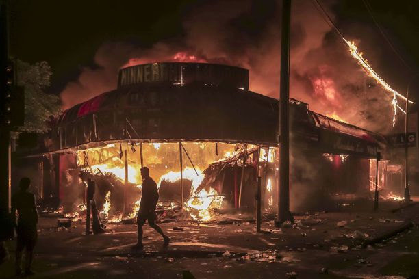 Minneapolisin mellakat ovat jatkuneet nyt kolmena yönä peräkkäin.