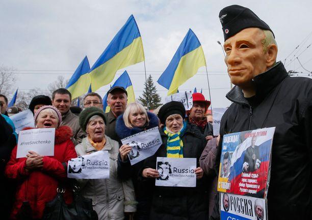 Mielenosoittajat vaativat ukrainalaislentäjän vapauttamista Kiovassa kaksi viikkoa sitten.