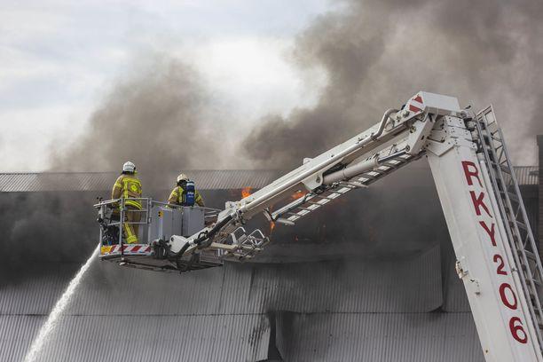 Sammutustöihin osallistuu useita pelastuslaitoksen yksiköitä Kotkasta.