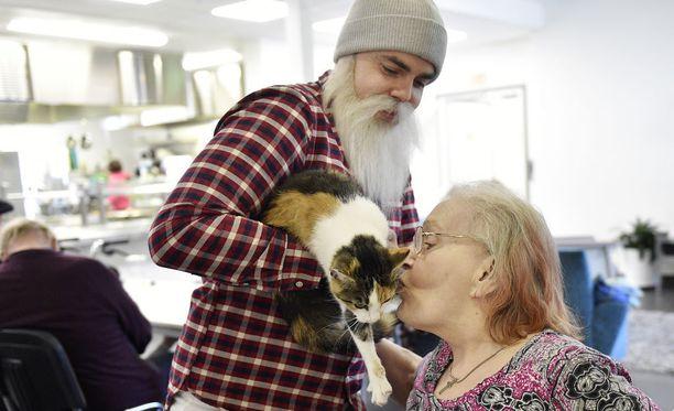 Hyväntekijä Broter Christmas lahjoitti porilaiseen vanhainkotiin Hilkka Miettiselle kissan. Arkistokuva.