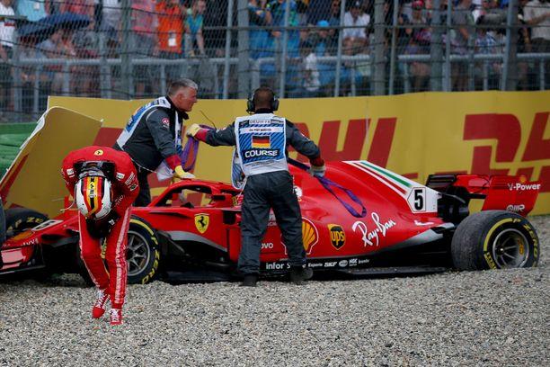 Sebastian Vettel lahjoitti voiton Hockenheimin kotiradalla Lewis Hamiltonille.