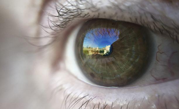 Heijastus silmässä kertoi stalkkerille, millä juna-asemalla nainen liikkui.