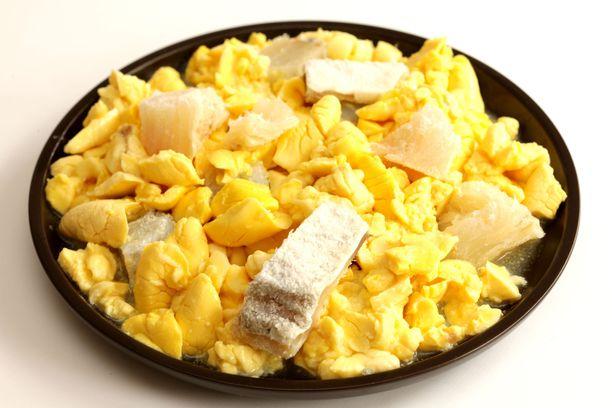 Jamaikalainen aamiainen: ackee-hedelmää ja suolaturskaa.