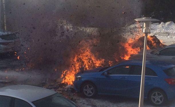 Roska-autosta tyhjennetty pahvikasa roihahti ja sytytti kaksi autoa parkkipaikalla.