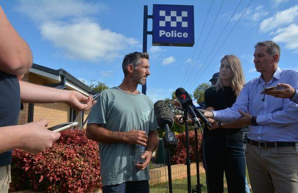 Neljä lastaan menettänyt Aaron Cockman puhui tiedotusvälineille sunnuntaina.