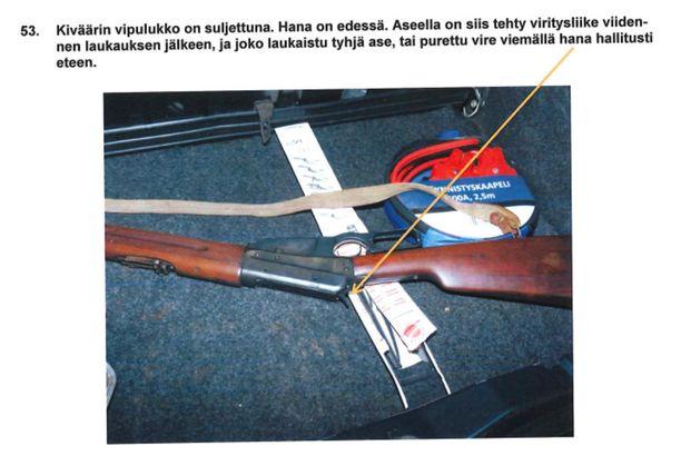 Esitutkintamateriaalin mukaan aseen viritys on purettu viidennen jälkeen hallitusti tai aseella on ammuttu vielä tyhjänä viidennen laukauksen jälkeen.