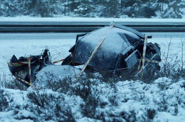 Farmariauton katto jouduttiin leikkaamaan irti, jotta loukkaantuneet saatiin pois autosta.