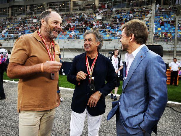 Kuva maaliskuun lopussa ajetusta Bahrainin GP:stä, jossa Gerhard Berger (vasemmalla) jutteli yhdessä vuosien 1993–95 Ferrari-tallikaverinsa Jean Alesin (keskellä) ja maailmanmestari Jackie Stewartin pojan Paul Stewartin kanssa.