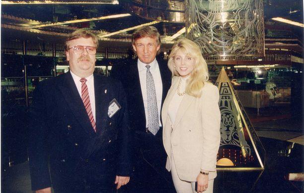Juha Wiskari, Donald Trump ja Marla Maples nauttivat brunssia Katajanokalla vuonna 1992.