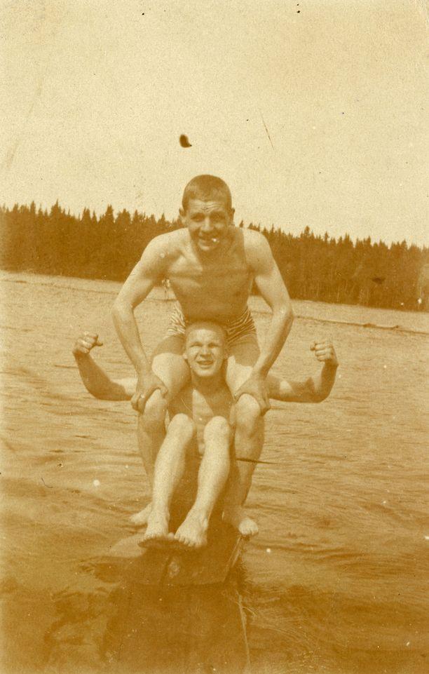 """Lähes sadan vuoden takaisista kuvista paistaa nuorukaisten vilpitön elämänilo. Tämän kuvan kuvatekstiksi Kekkonen on kirjoittanut: """"kesällä 1920 Änkönen ja minä, eikä vesi oo kaukana""""."""