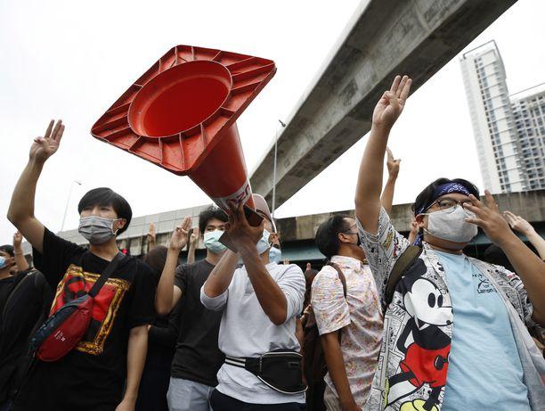 Demokratialiikkeen protestoijat osoittivat mieltään lauantaina Bangkokissa.