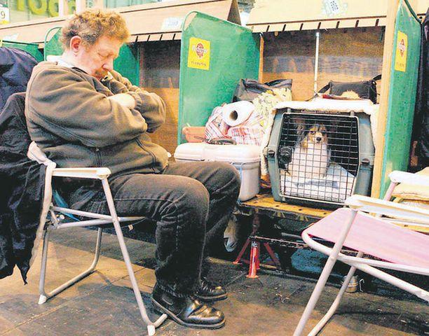 VÄSYMYS Koiranäyttelyt voivat olla uuvuttavia niin neli- kuin kaksijalkaisillekin osallistujille.<br>