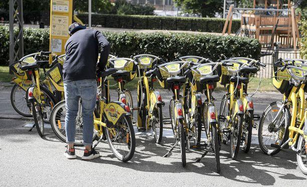 Helsingissä ja Espoossa pyöräilyn kasvua ovat lisänneet kaupunkipyörät. Samaan aikaan yhä harvempi ajaa ajokortin. Ylikomisario Jarkko Lehtinen muistuttaa, että sääntöjen opettelu ja tietojen päivittäminen onkin nyt kunkin tienkäyttäjän omilla harteilla.